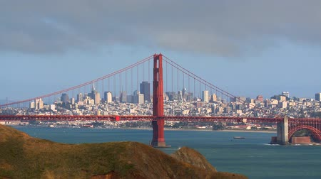 kabely : The Golden Gate Bridge with San Francisco in the background.