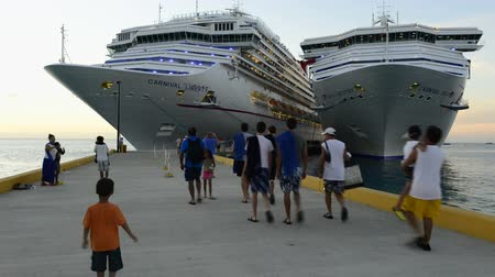 navio : Carnival Cruise ship in Grand Turk Island