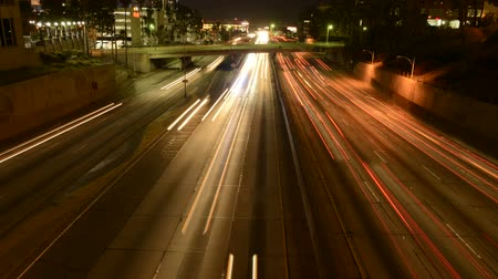 camionagem : Busy Freeway in Los Angeles at Night