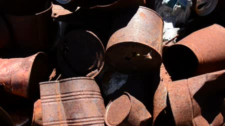 руины : Rusting Cans in the Mojave Desert Стоковые видеозаписи