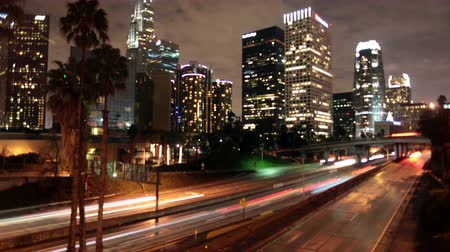 в центре города : Time Lapse of Traffic in Downtown Los Angeles at Night - 4K