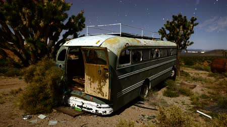 apodrecendo : Time Lapse of Abandon Bus at Night in the Desert  - 4K