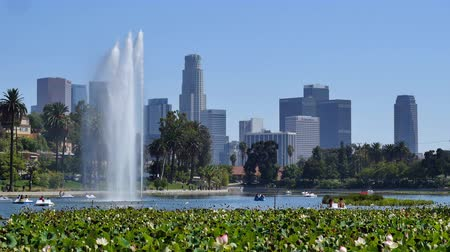 occidente : Zoom Out di Fontana di acqua in Echo Park con Downtown Los Angeles in California in background Filmati Stock