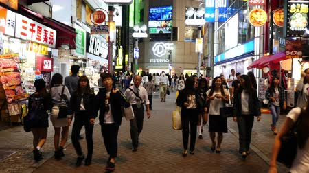 скрестив : Time Lapse of Busy Shibuya Shopping District Evening  - Shibuya, Tokyo Japan