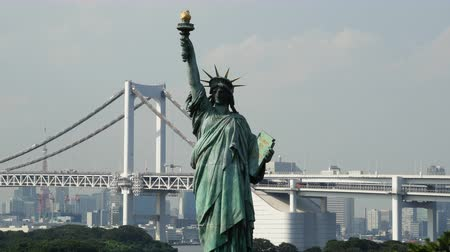 japonya : Replica Statue of Liberty with Peace Bridge in the Background  -  Tokyo Japan Stok Video