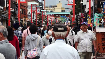 zsúfolt : People at Shopping Stalls Outside Sensoji Temple  -  Tokyo Japan