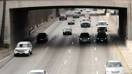 autó : Overhead View of Traffic on Busy Freeway in Downtown Los Angeles California