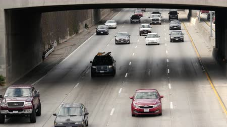 havai : Zoom Out  Overhead View of Traffic on Busy Freeway in Downtown Los Angeles California