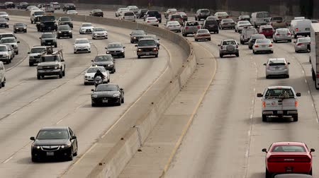 marmeláda : Zoom Out  Overhead View of Traffic on Busy Freeway in Downtown Los Angeles California
