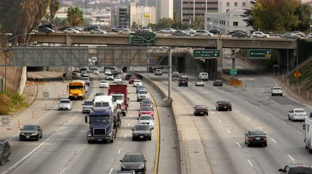 auto estrada : Zoom Out  Overhead View of Traffic on Busy Freeway in Downtown Los Angeles California