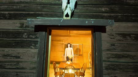 руины : Zoom In of Abandon Shack with Mannequin and Skull