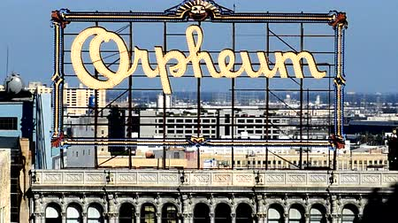 tiyatro : Historic Orpheum Rooftop Sign in Downtown Los Angeles