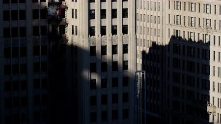 abandonné : Zoom Out - Time Lapse Shadows Passing Over Historic Buildings - Los Angeles Vidéos Libres De Droits