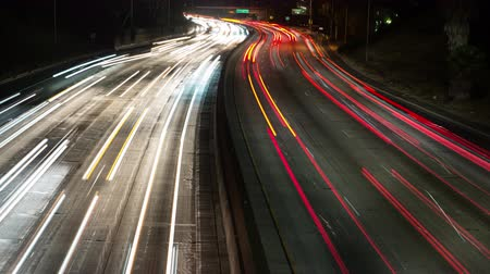 trottoir : Time Lapse of Night Traffic of Freeway dans le centre-ville de Los Angeles. Vidéos Libres De Droits