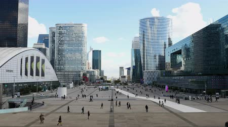 Personnes à La Defense Plaza - Daytime - Paris France