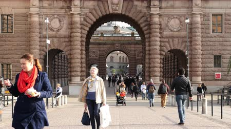 estocolmo : Time Lapse Zoom - People Walking through Historical Archway - Stockholm Sweden