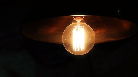 tungstène : Light bulb in the dark