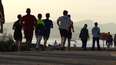 Канада : Young fit males running sunset
