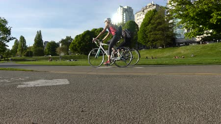 ciclismo : Young couple bicycling hot sunny day Stock Footage