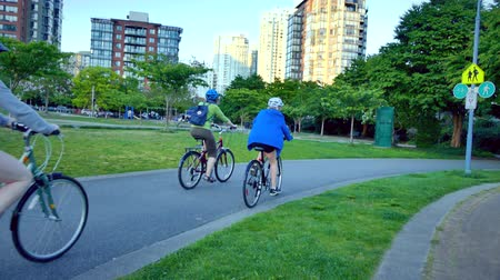 низкий : Group of people bicycling  park Vancouver