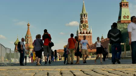 oroszország : People walking Kremlin Moscow June 2016 Stock mozgókép