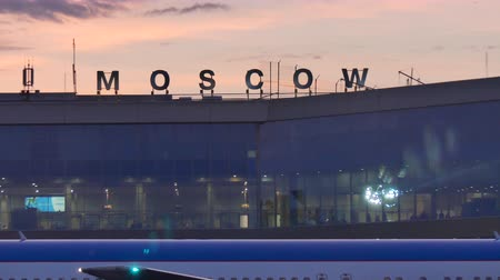 oroszország : Establishing shot Domodedova airport Moscow Russia May 2016