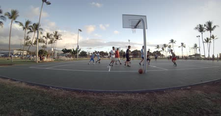 oeil homme : Hommes jouant au basketball à faible angle fish eye lense
