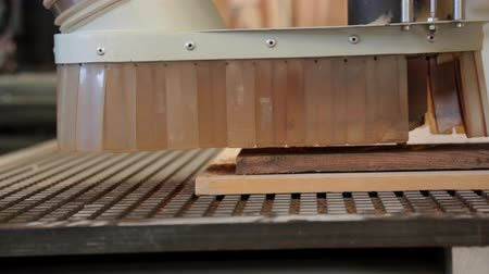 гравюра : Automated Wood Carving Machine operating