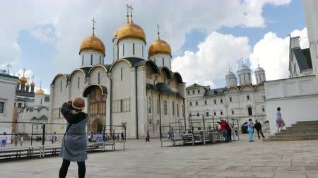fotky : Tourist taking pictures Moscow orthodox cathedral
