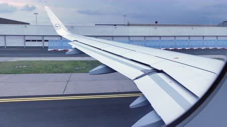 световой люк : Airplane wing check before taking off Стоковые видеозаписи