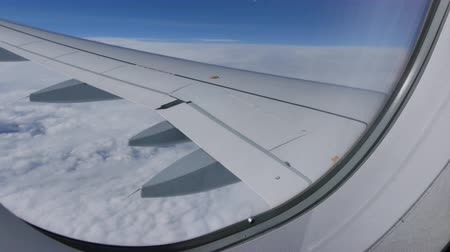 световой люк : Flying above clouds airplane Стоковые видеозаписи