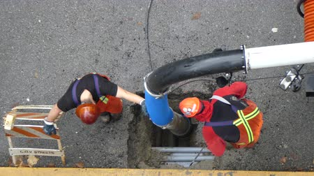 lavagem : Industrial workers fixing drain
