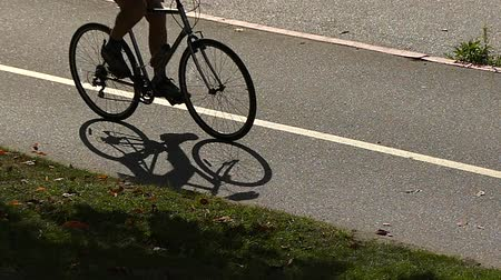 ciclismo : Slow motion silhouette bicyclist moving road