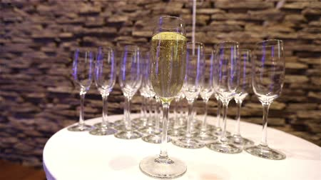 šampaňské : Champagne in glasses, a glass of champagne, banquet design, champagne close-up, banquet interior, indoors