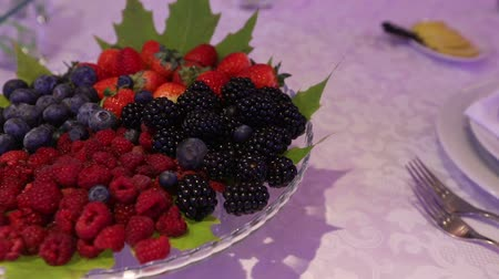 jíst : Fresh berries in a plate on banquet table, fresh berries on the dish, close-up