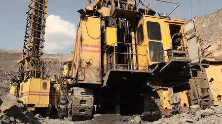hidrolik : The pit drill panorama, Industrial drilling rig in a quarry, large drilling machine Stok Video