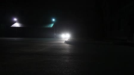 öldürmek : The car rides to the building at night, lights shine, car calls in the yard, car headlights at night, car headlights