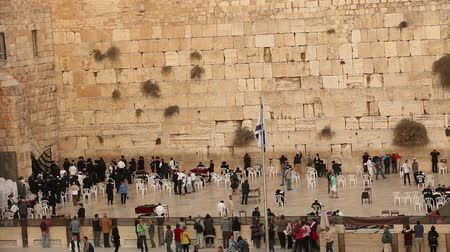 żyd : Jerusalem, Western Wall, Timelapse, people in the area, a lot of people, people pray at the stone wall, wailing wall, Israel flag, religion, top shooting, view from above