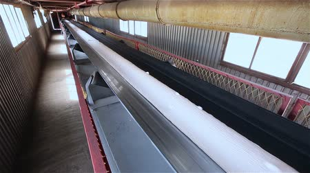 minério : Band conveyer. Conveyor belt. Transportation of granulated raw materials to the warehouse, granulated raw materials, white, movement on the conveyor, conveyer line