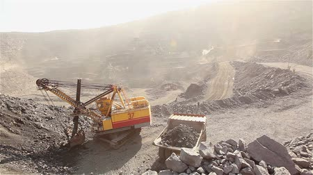 minério : The excavator and dumper in the quarry, Large yellow excavator loaded ore into a dumper, Industrial exterior