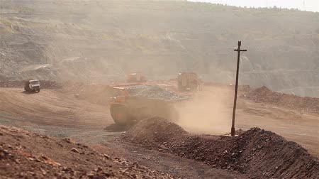 minério : A large tipper digs through a career, an industrial truck dredges cargo in its quarry