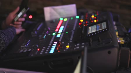 фокус : Professional audio console in a concert, sound mixer console during a concert, audio Mixer, control engineer, selective focus, audio mixer, shallow depth of field Стоковые видеозаписи