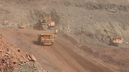 minério : A dumper rides along the road, Yellow dump truck is in the quarry, Industrial exterior Vídeos