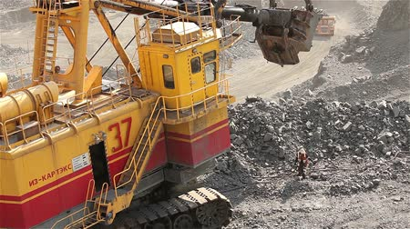 yükleyici : The excavator and dumper in the quarry, Large yellow excavator loaded ore into a dumper, Industrial exterior