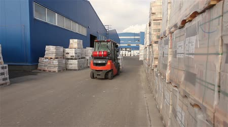 yükleyici : The loader transports cargo in a warehouse, a loader in a warehouse, a warehouse of a large enterprise, industrial interior Stok Video