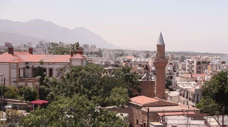 flâmula : View of the Arab city by a mosque, The Arab city near the sea, the minaret in the Arab city, the Muslim, the Muslim city, east, Arabian town near the sea, against the backdrop of mountains, top view Stock Footage