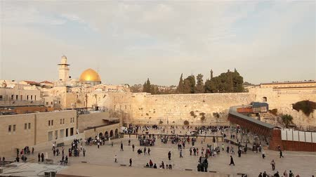 hacı : Israel, Jerusalem western wall. The Western Wall, Wailing Wall, Jewish shrine, old city of Jerusalem, Orthodox Jews pray, religion, Timelapse, zoom, panorama Stok Video