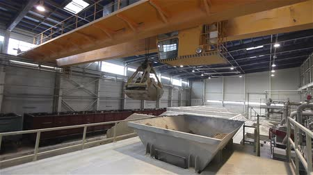 granulação : Work on the bridge crane stock granulation of bulk materials, Warehouses for bulk materials, Grab crane loads raw materials, crane bucket, Modern factory, interior Vídeos