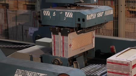 ремень : Automatic packing of products in boxes on the conveyor, close-up, packing of ceramic tiles, conveyor, modern factory, interior
