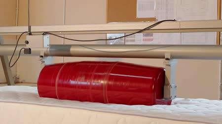 colchão : Stress test of the mattress, strength test of the mattress in the laboratory, strength, modern factory, indoors